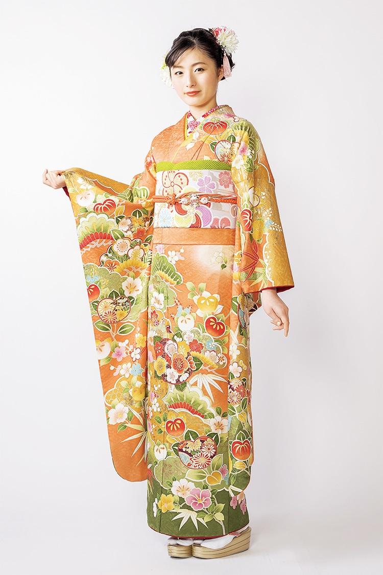 派手すぎないオレンジ地に裾の緑色が決め手の振袖です。