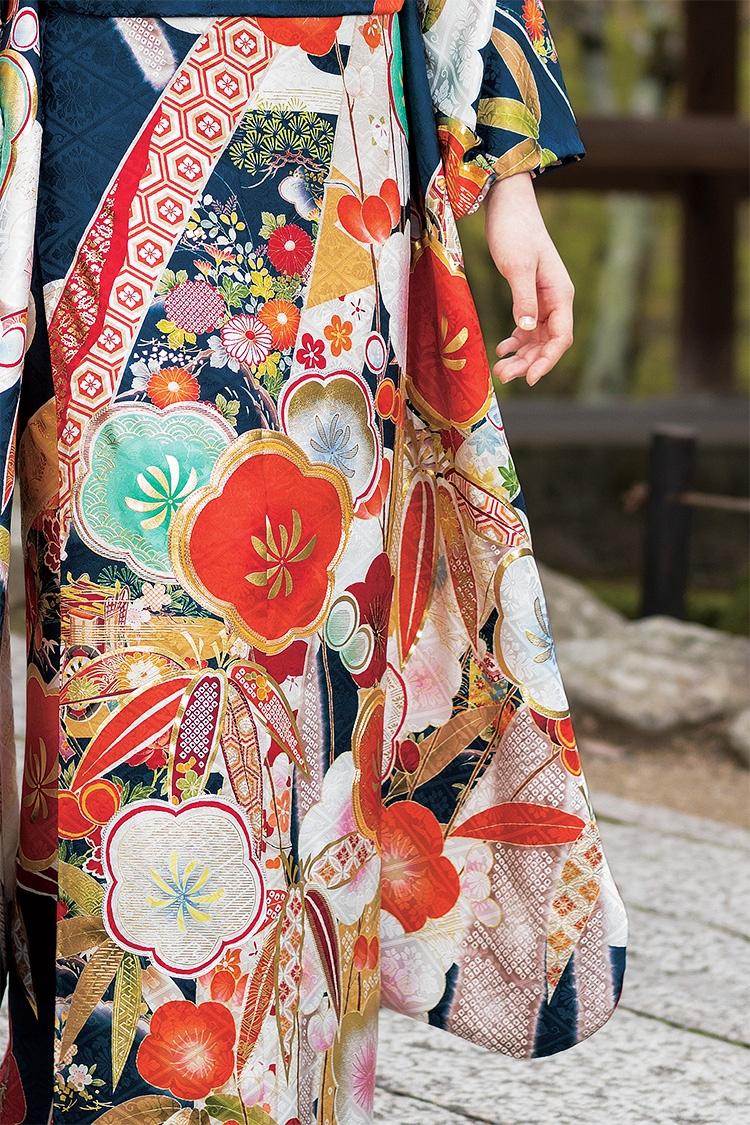 華やかな色使いに大きな文様がゴージャスな一着です。