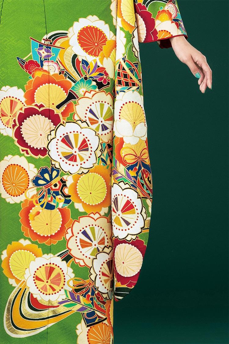 何色もの波紋と大きな花柄でインパクトのある振袖です。