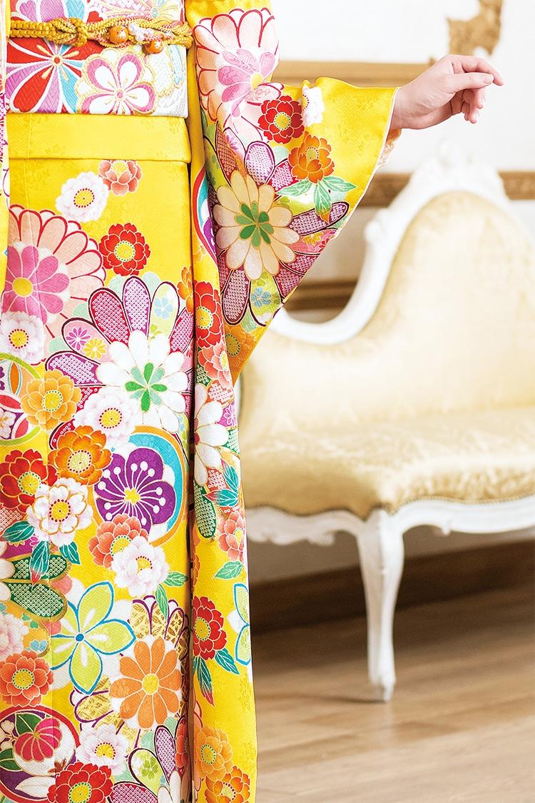 甘い色合いの花々がかわいらしい、華やかな振袖です。