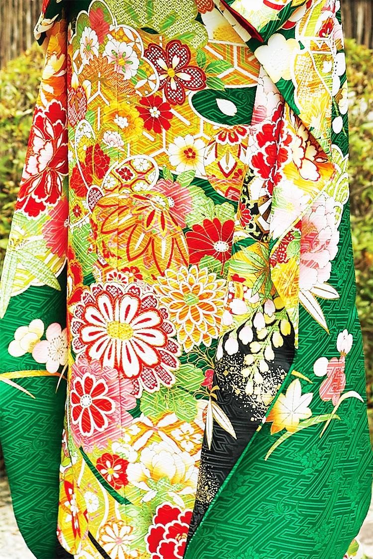 色鮮やかな花々は華やかな着姿を約束してくれます。