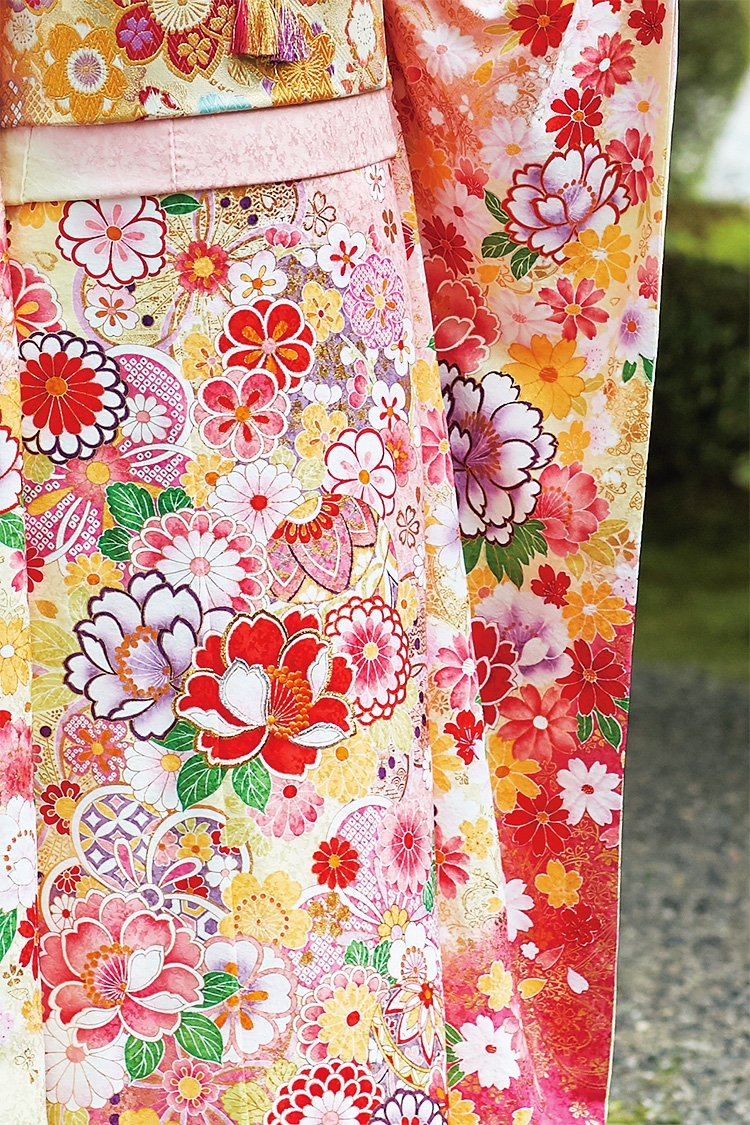 色とりどりの花を配すことで華やかさをプラスし、女性らしい印象のデザインです。