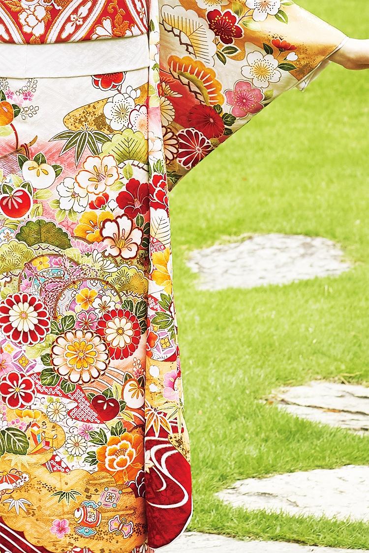 上柄の花々も明るく、色彩豊かな印象です。