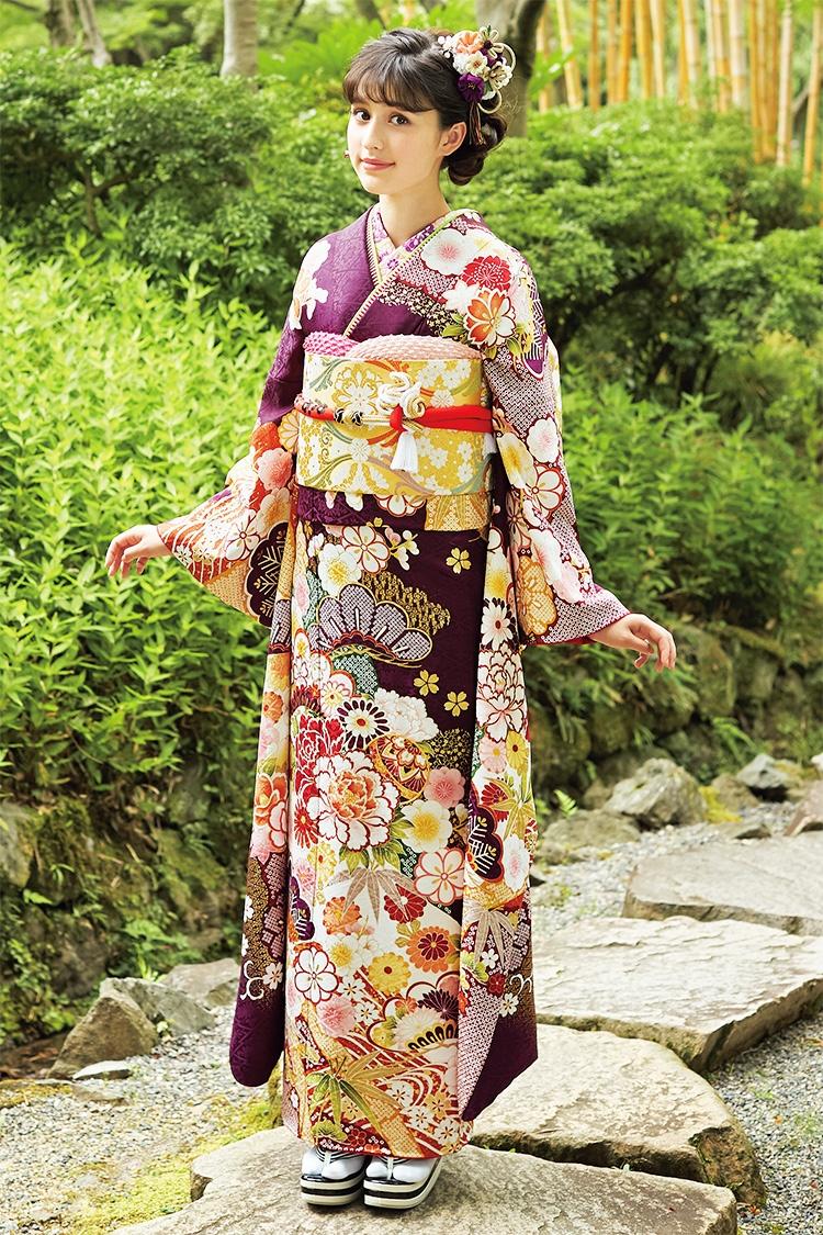 毬や彩り豊かに花々を描いて 可憐な印象に仕上げた古典調振袖。