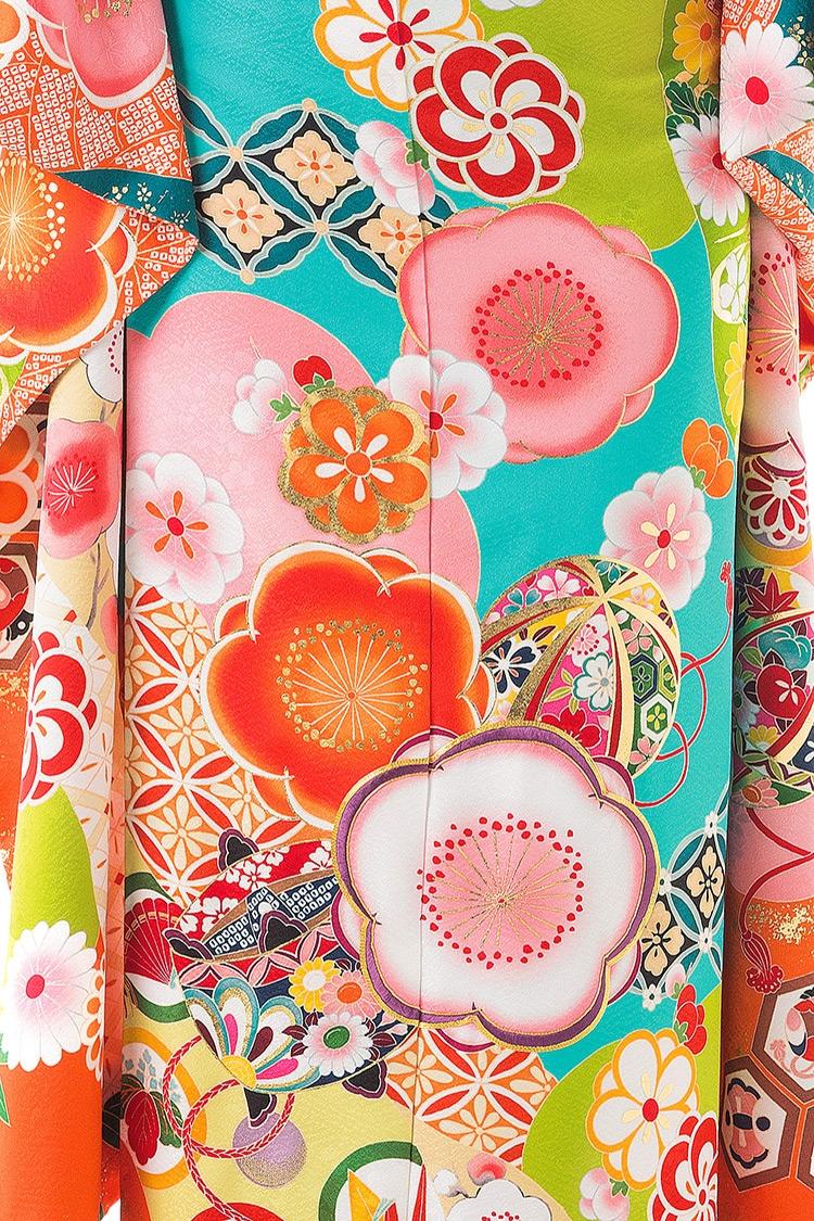 色とりどりの花を配置しながら、毬などの小物も素敵に描かれています。