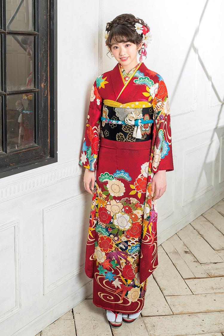 肩元の松や紅葉が味わい深い印象です。裾に掛けた流れる模様も素敵です。