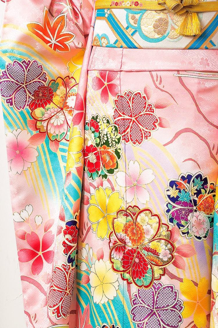 色とりどりに描かれた花びらが細かなところまで美しいデザインです。