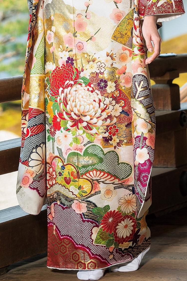 裾まわりには粋な絞りが豪華さを添えています。