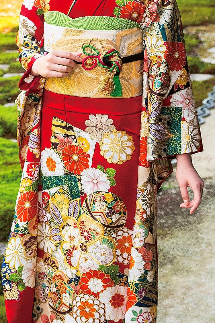 毬や丸みを帯びた花々が、とても女性的なデザインです。