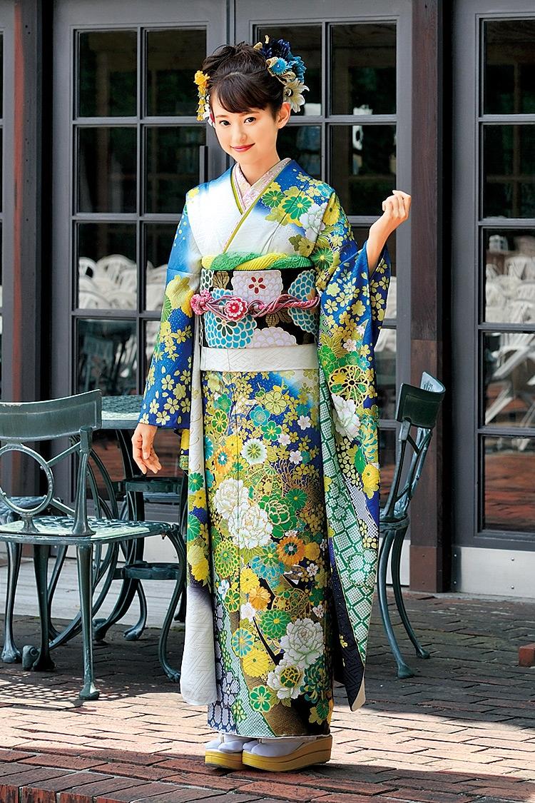 青と白のグラデーションに帯から裾にかけて細かく施された花々が印象的です。