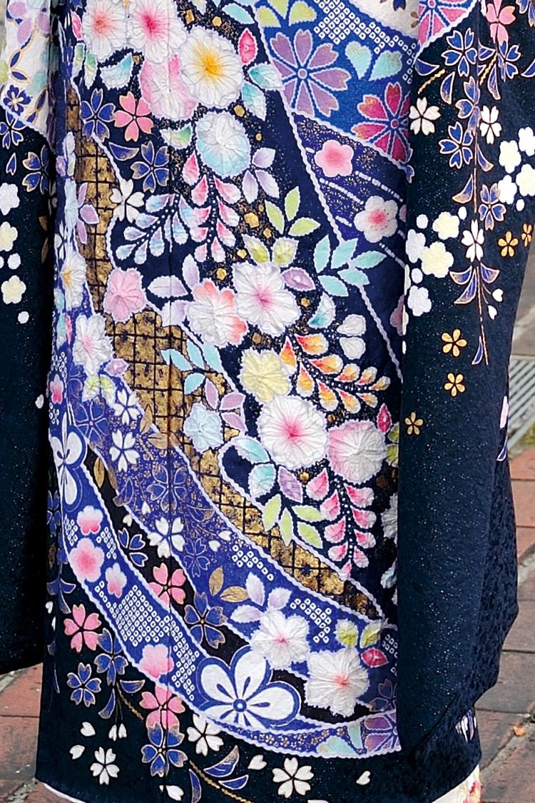 和紙のような質感で施された花弁がポイントです。