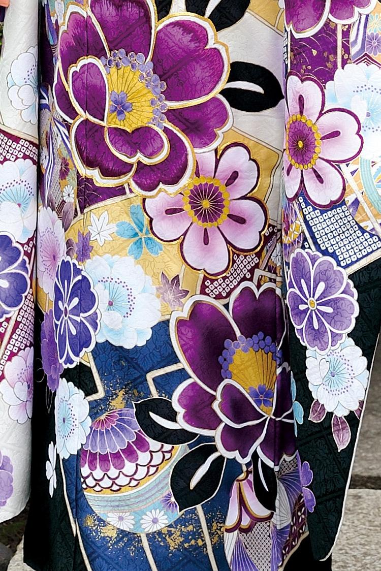 白・紫・金・青、見事に調和の取れた美しいデザインです。