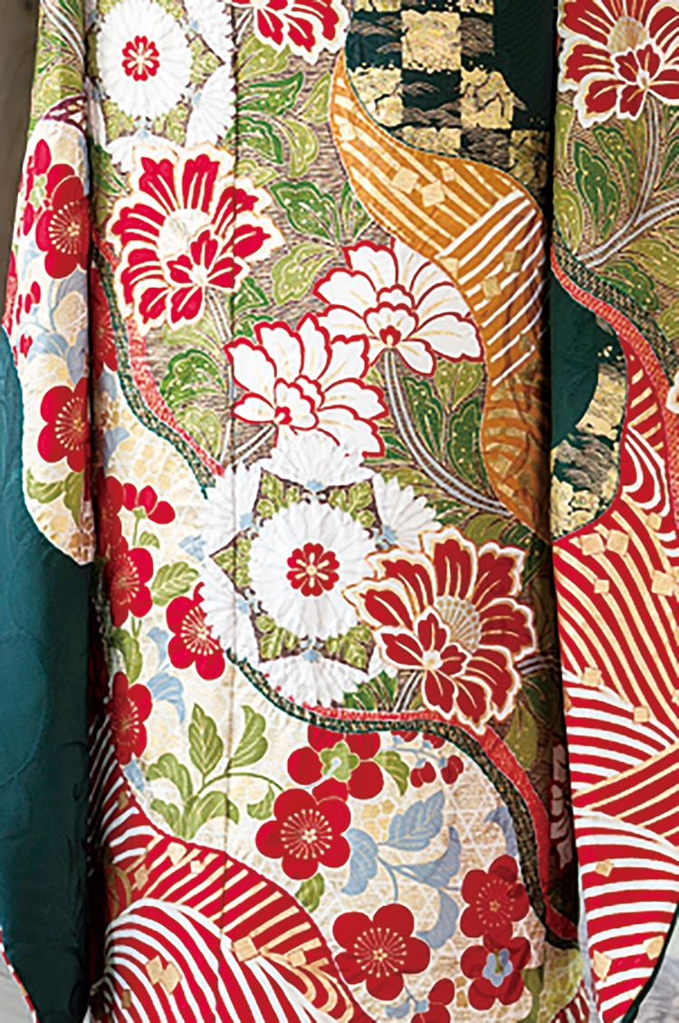 紅白で描かれた細かな模様が足元に華やかさを添えます。