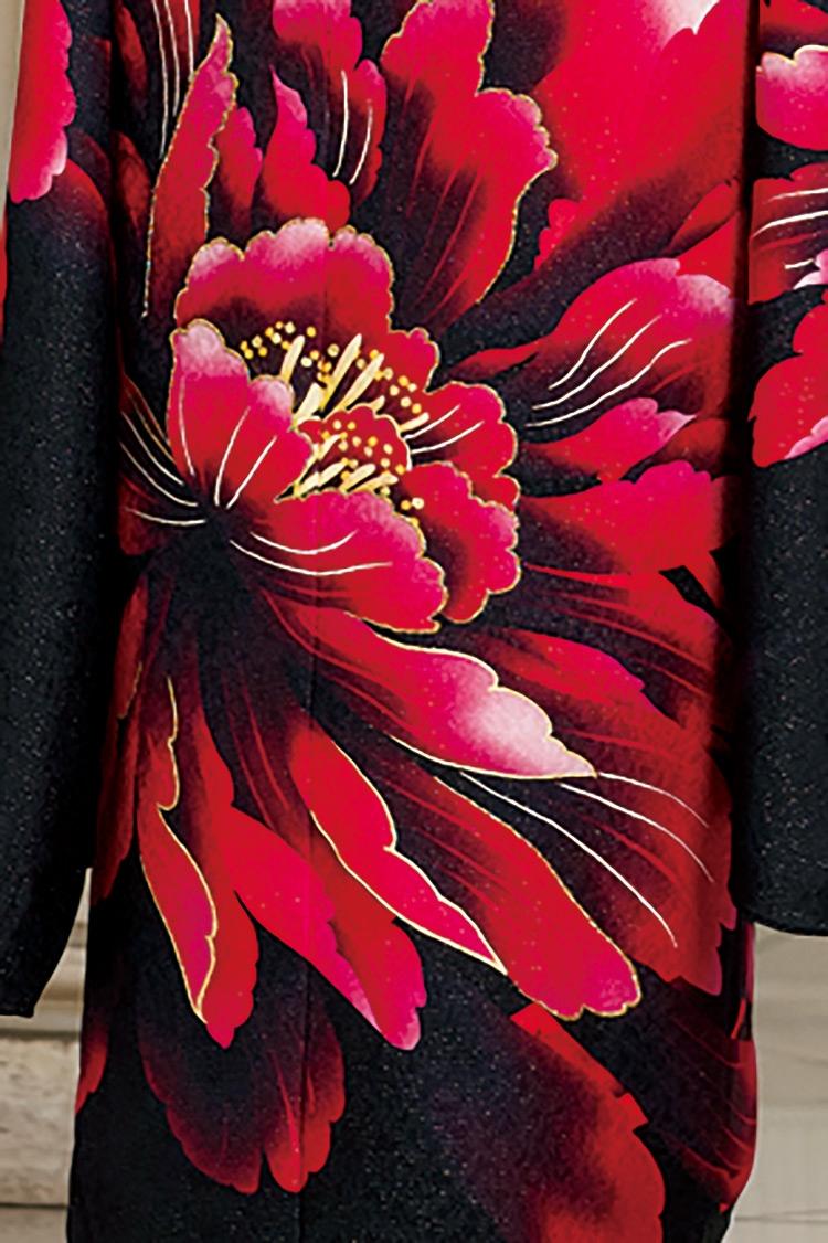赤と黒のコントラストが大人の女性の雰囲気をより一層盛り立ててくれます。