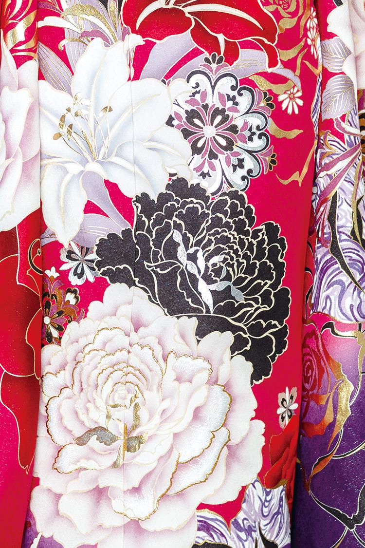 大輪の百合と牡丹の花が優雅な一着です。
