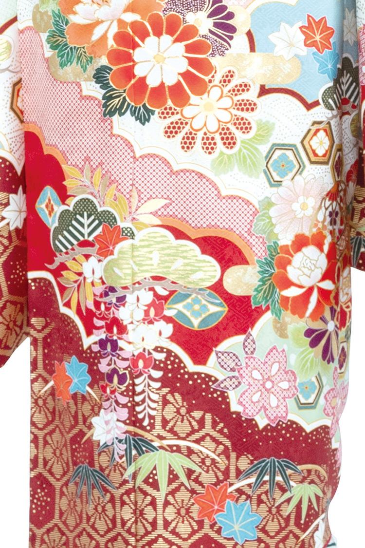 裾にいくほど細かなデザインになっていて、色使いも素敵ですね。
