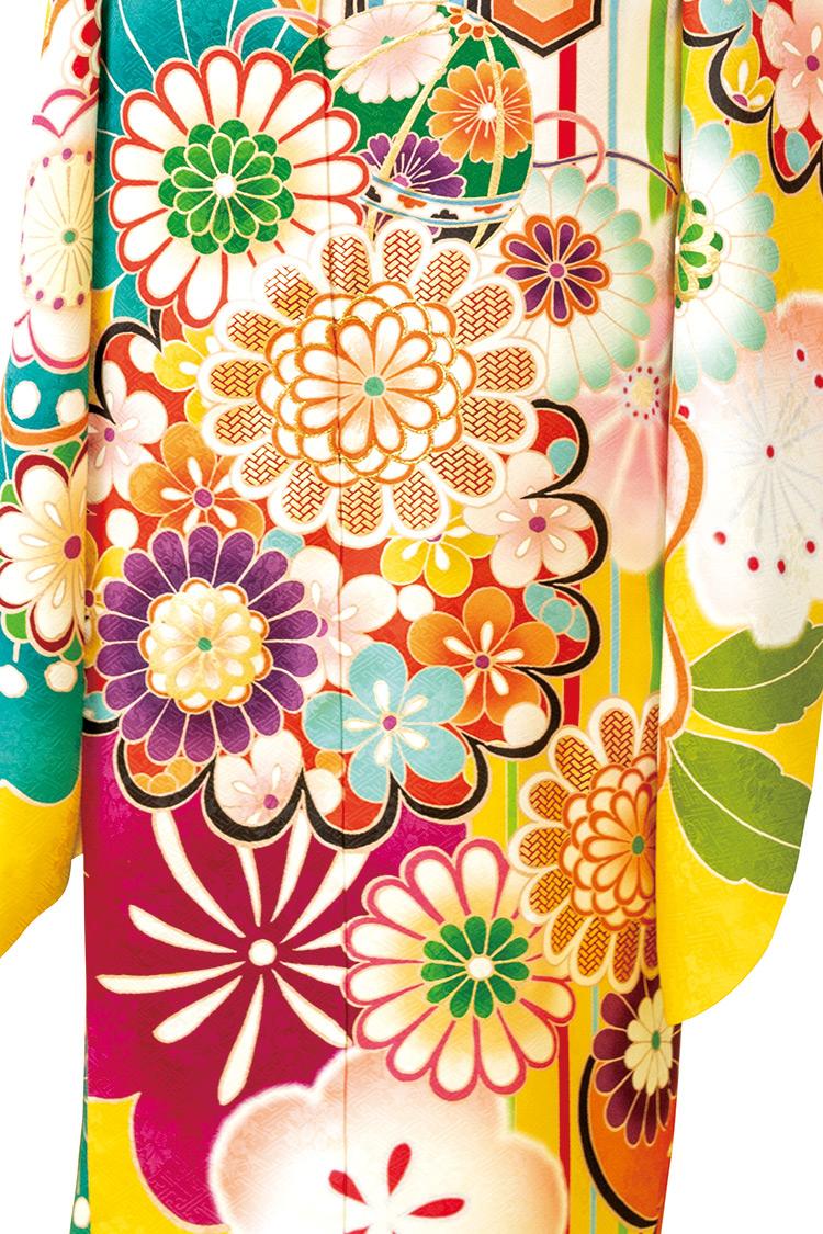 丸みのある花々や毬がとても可愛らしい振袖です。