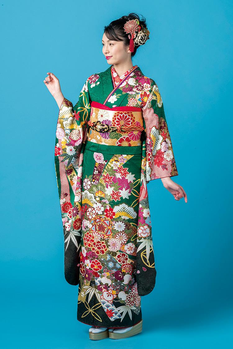 鮮やかな緑色地に花々や毬などが華やかに描かれた振袖です。