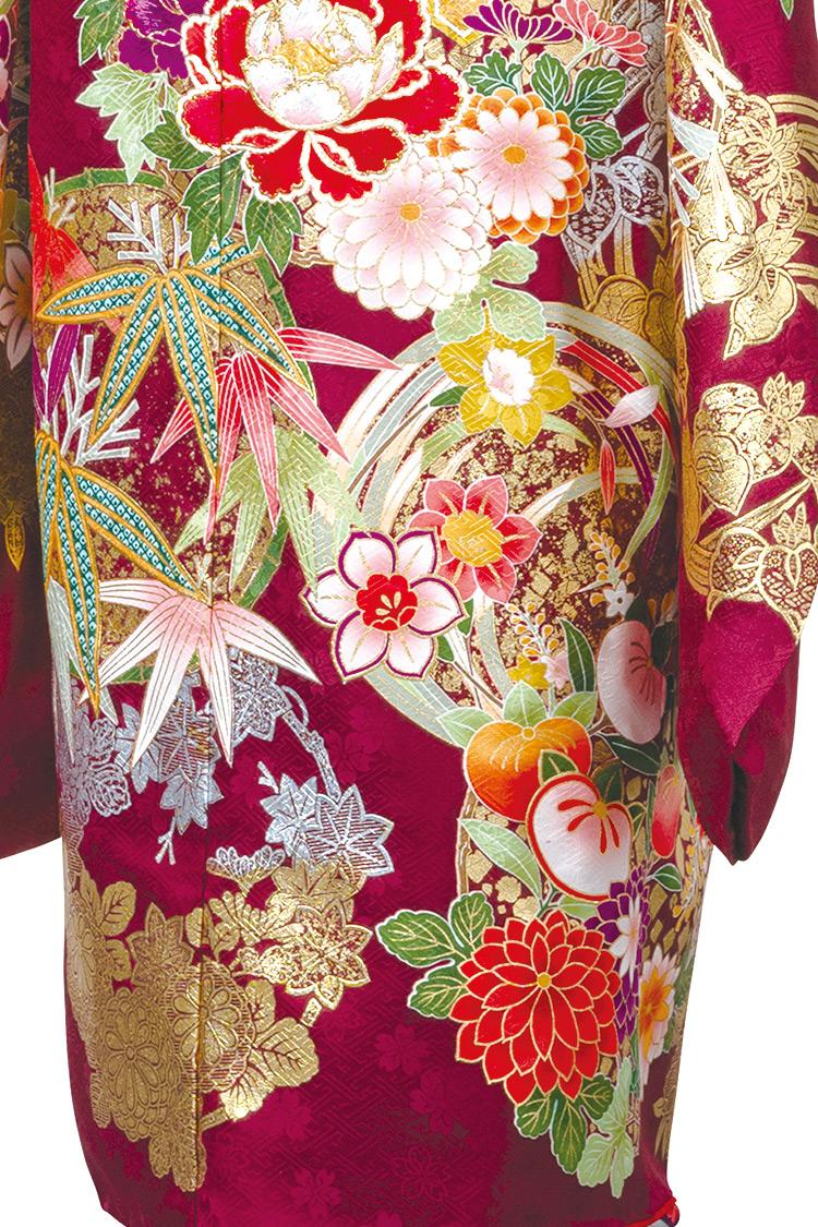 花々と金色の模様がとても豪華な一着です。