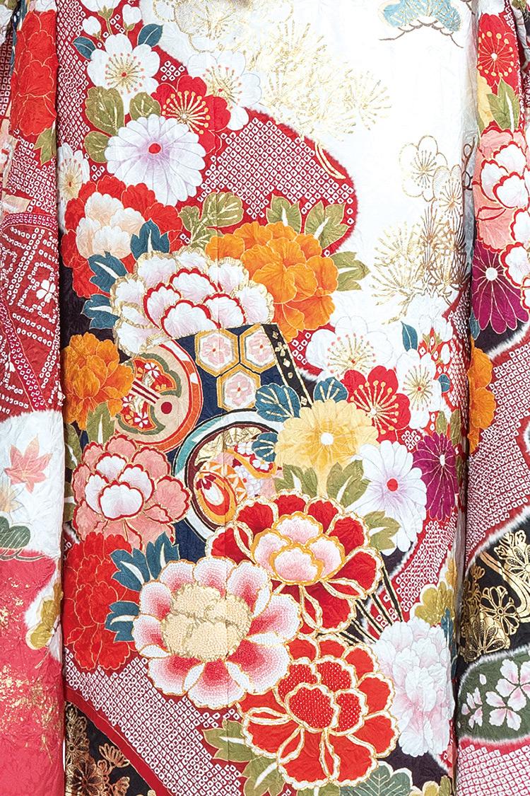 牡丹や梅などの花々が豪華に施され、華やかな印象です。