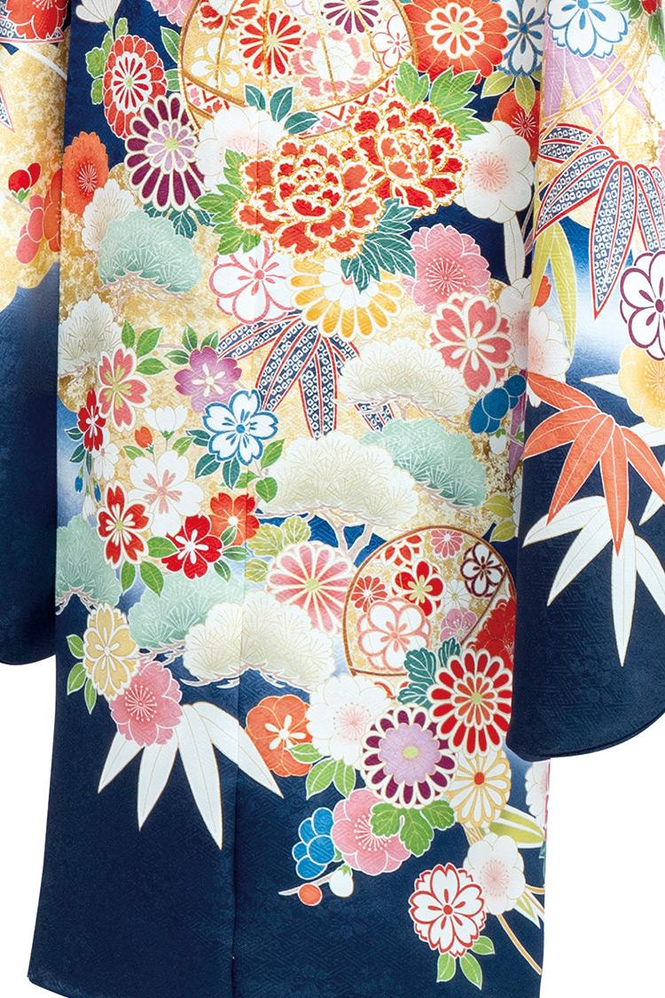 淡い色使いの花々や松竹梅が愛らしさと美しさを引き立ててくれます。