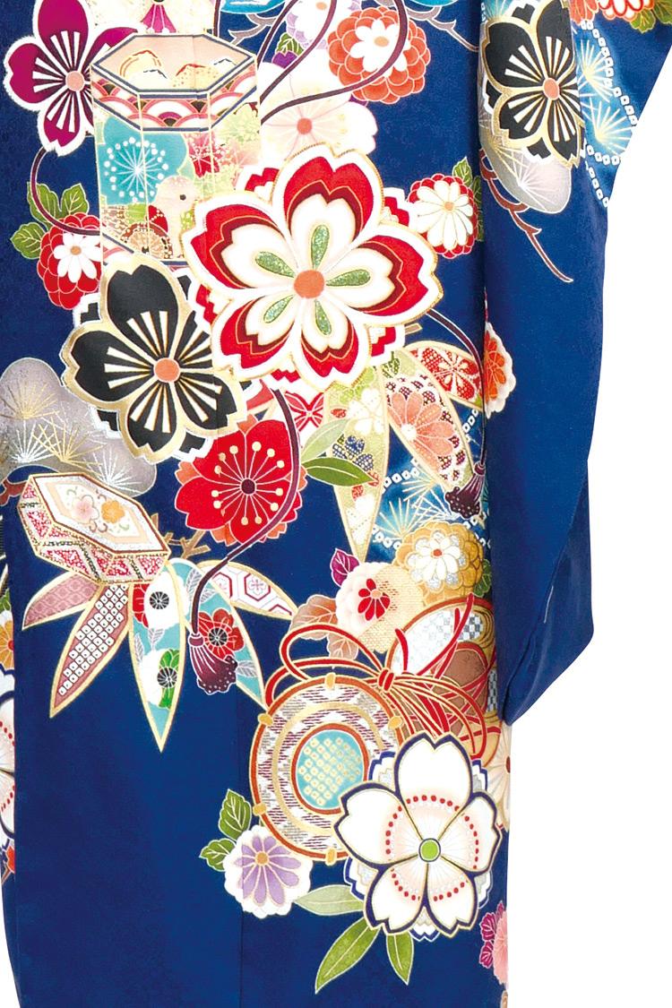 梅の花や松竹梅などの古典柄が大きく施され、とても美しいデザインです。