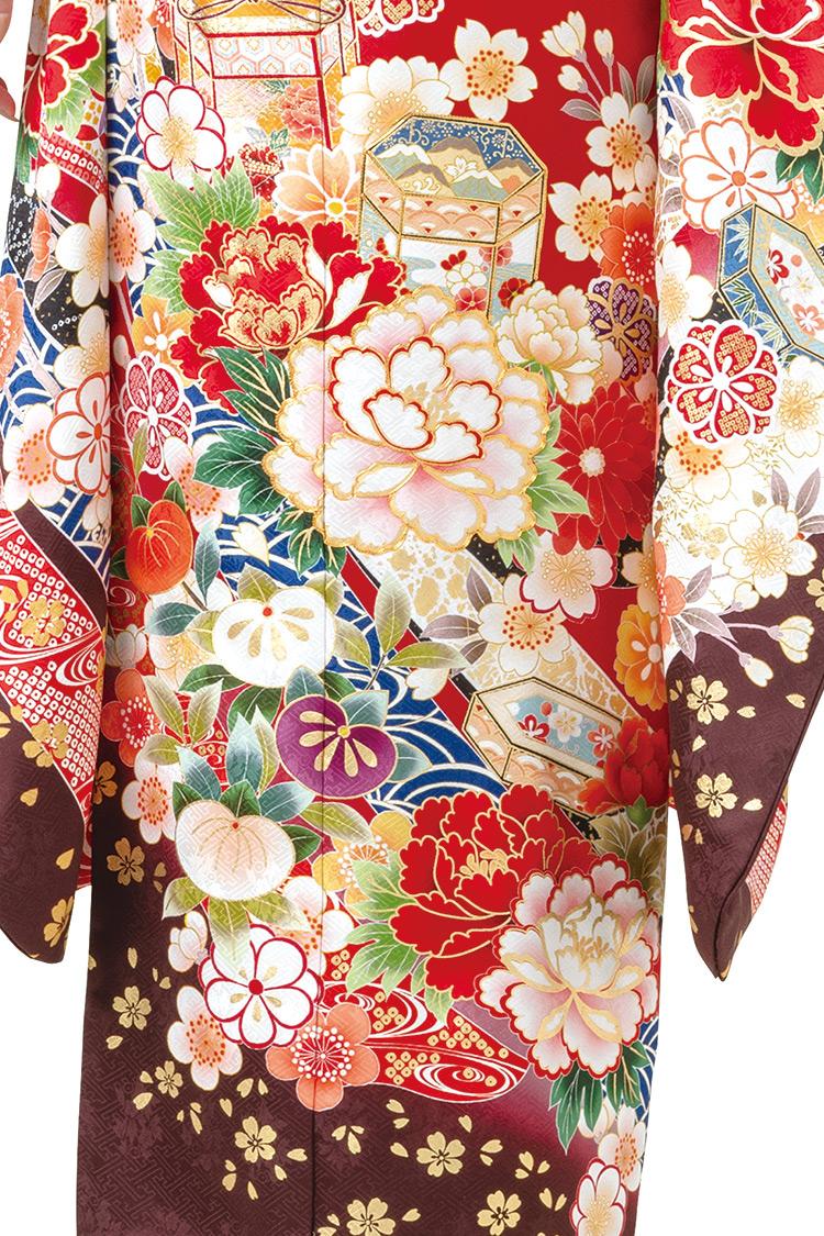 牡丹の花や貝桶が美しく施された古典柄の振袖です。