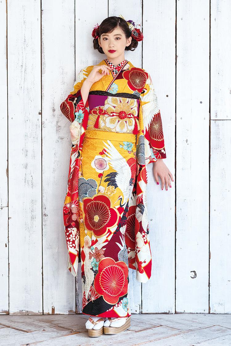 鶴が舞う山吹色の生地に鶴が舞い、真っ赤な梅の花が可愛らしい振袖です。