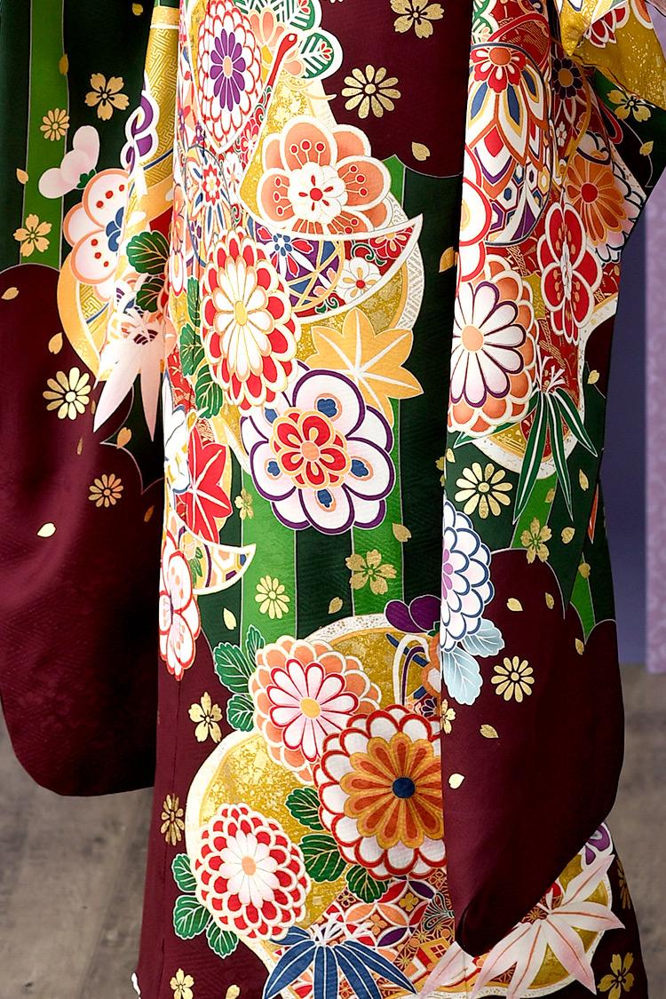 袖下や裾は落ち着いた印象を与える色使いで素敵ですね。