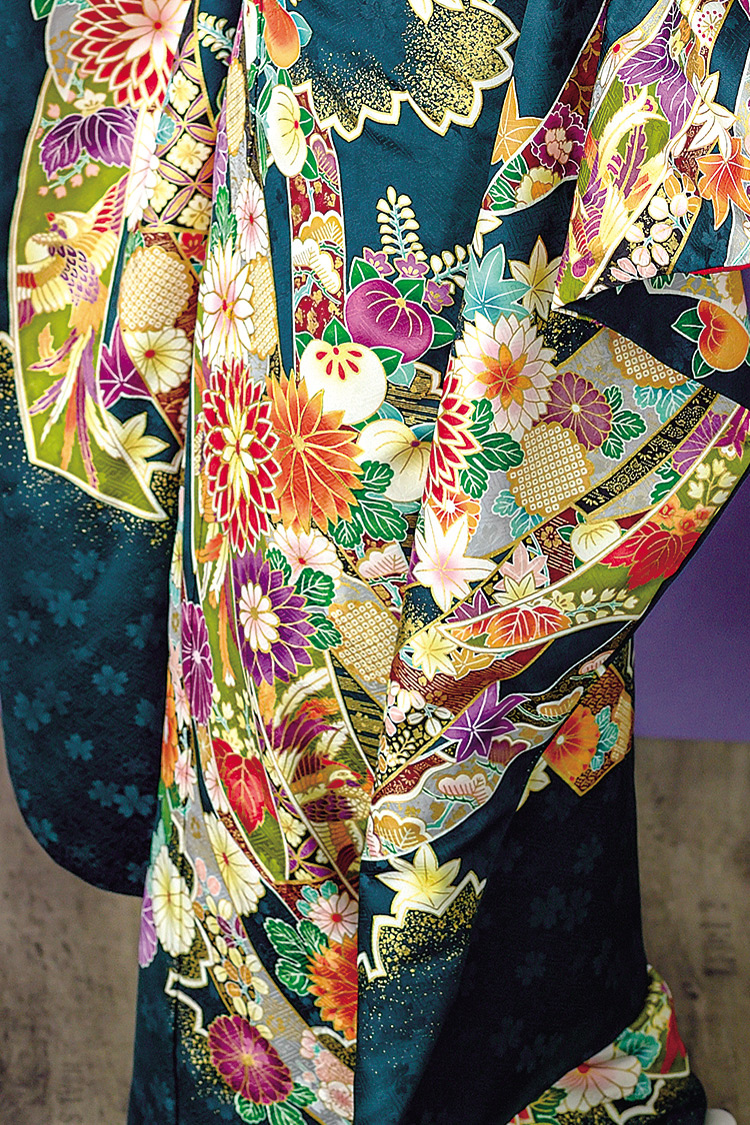 古典柄が色鮮やかに、細部にまで丁寧に描かれています。