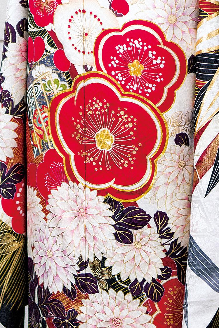地色に金色で薄く描かれた花模様、大ぶりの菊模様が美しさを演出しています。