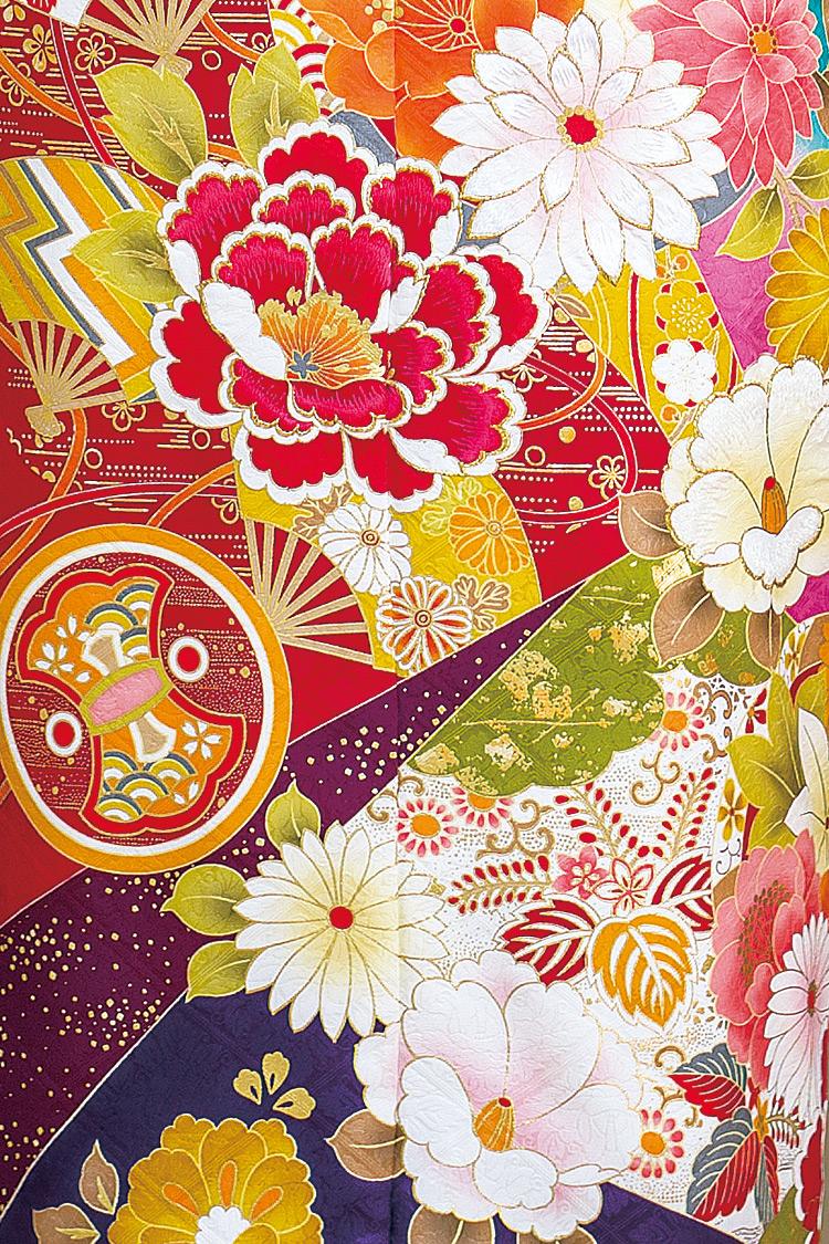 色鮮やかな菊、牡丹、扇などが散りばめられて若々しくゴージャスですね。